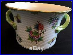 10 Inch HEREND PORCELAIN HANDPAINTED QUEEN VICTORIA LARGE CACHE POT WITH HANDLES